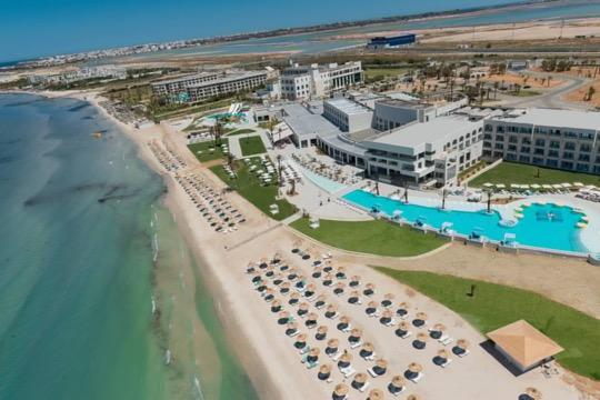 Offrez vous une pause magique à l'Iberostar Selection Kuriat Palace, un hotel 5 étoiles récemment rénové à Skanes, Monastir Tunisie